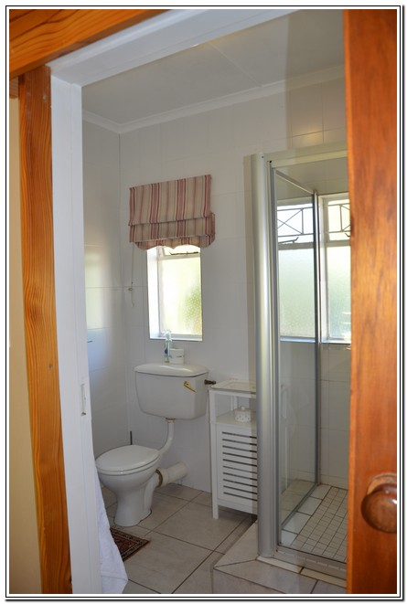 Dusk2Dawn_Guest_House_Burgersdorp_-_Room1_Rose_Woods_bathroom