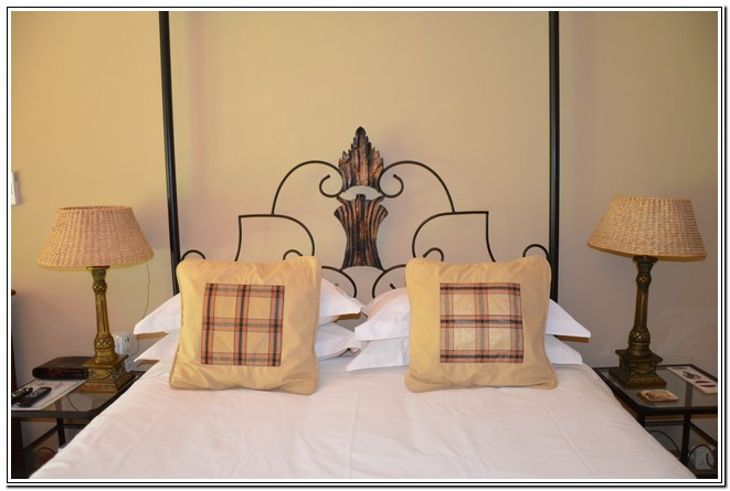 Dusk2Dawn_Guest_House_Burgersdorp_-_Room1_Rose_Woods_dubbel_hemel_bed