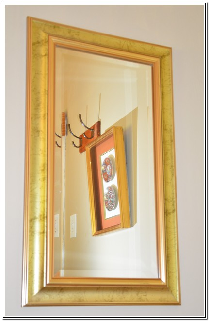 Dusk2Dawn_Guest_House_Burgersdorp_-_Room1_Rose_Woods_mirror_with_pictures