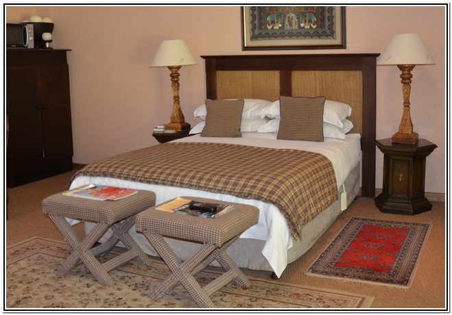 Winter_Garden_En-Suite_Room_4_-_Dusk_to_Dawn_Burgersdorp_Guest_House_Double_bed