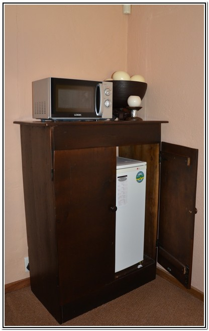 Winter_Garden_En-Suite_Room_4_-_Dusk_to_Dawn_Burgersdorp_Guest_House_frdige_microwave