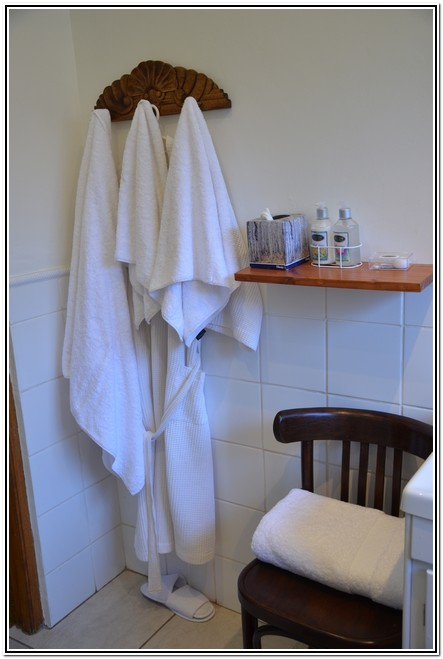 Winter_Garden_En-Suite_Room_4_-_Dusk_to_Dawn_Burgersdorp_Guest_House_gown_towels_slippers